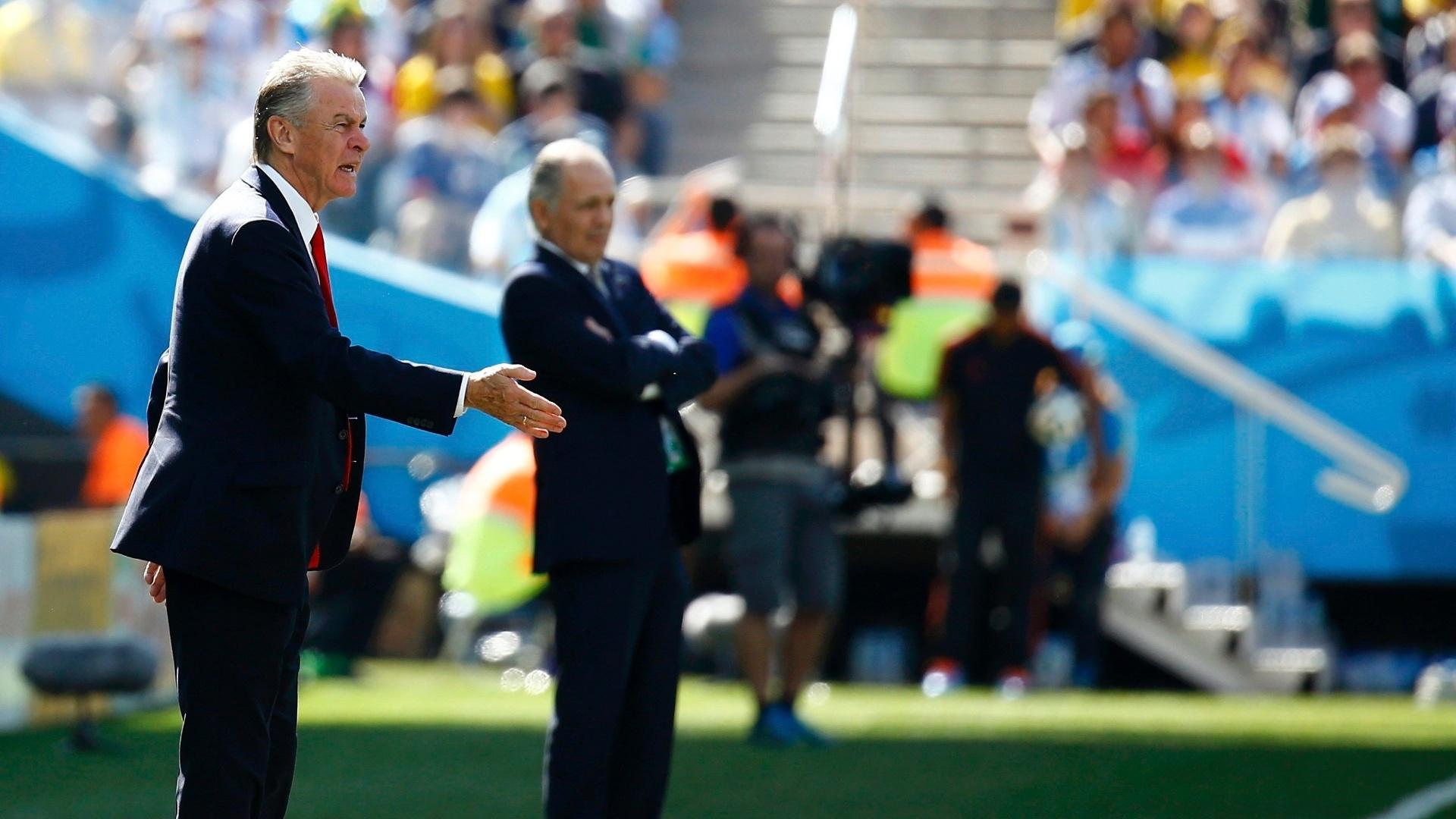 01.jul.2014 - Técnico da Suíça, Ottmar Hitzfeld (à frente), orienta seus jogadores durante o jogo contra a Argentina, no Itaquerão