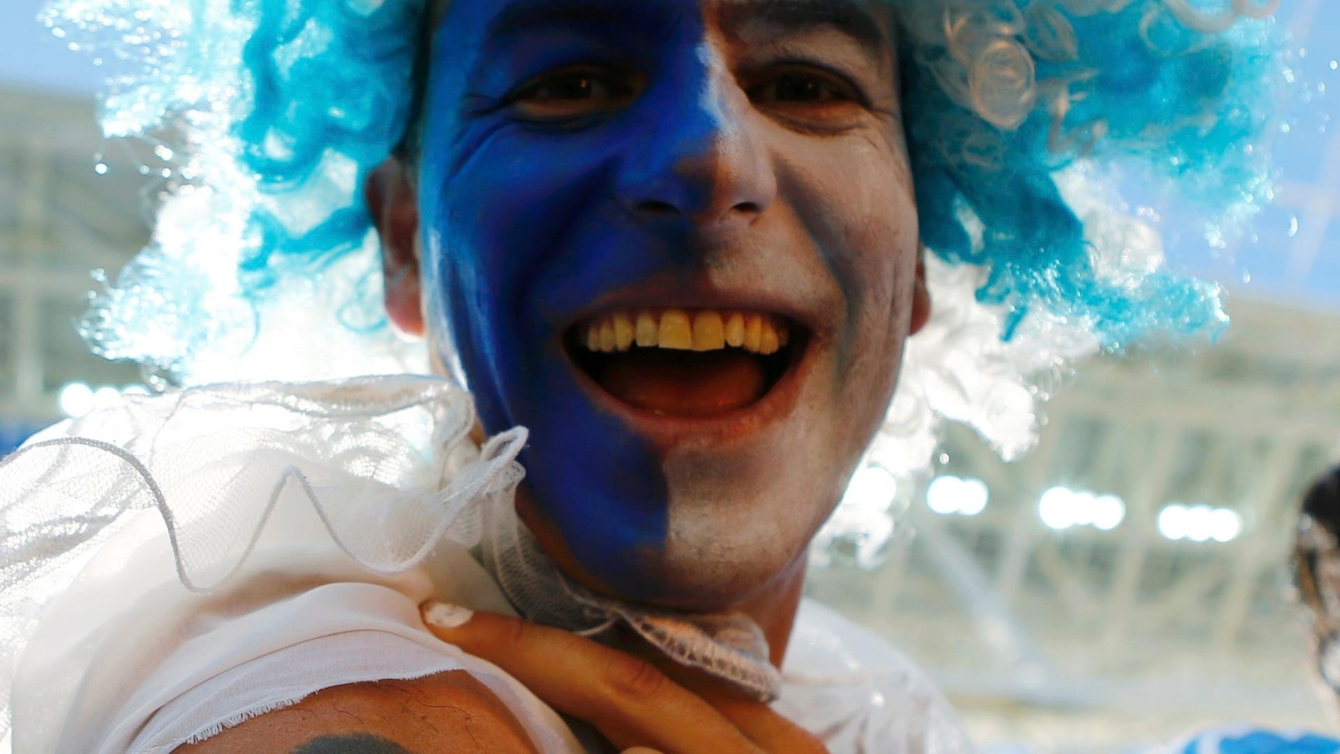 01.jul.2014 - Torcedor argentino mostra sua tatuagem dedicada a Maradona antes do jogo com a Suíça