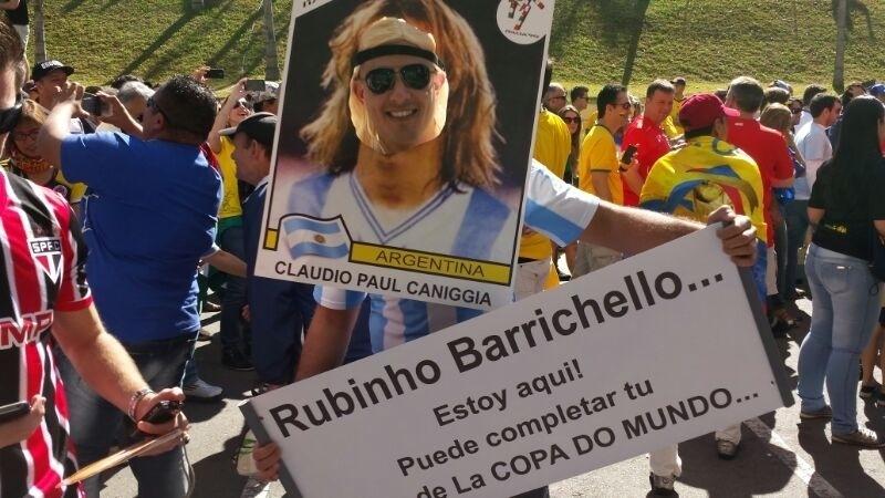 01.jul.2014 - Torcedor da Argentina tira sarro de Rubéns Barrichello na chegada ao Itaquerão para o jogo contra Suíça