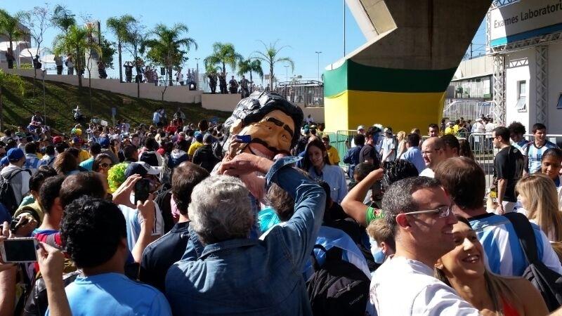 01.jul.2014 - Torcedor fantasiado de Maradona faz sucesso entre os argentinos nas proximidades do Itaquerão