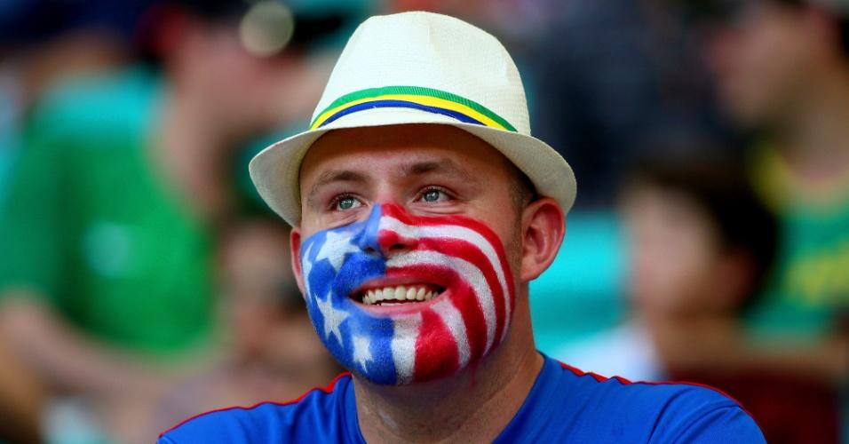 01.jul.2014 - Torcedor pintou a bandeira dos Estados Unidos no rosto para acompanhar partida contra a Bélgica, em Salvador