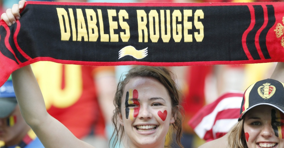 01.jul.2014 - Torcedora da Bélgica exibe a faixa antes de partida contra os Estados Unidos