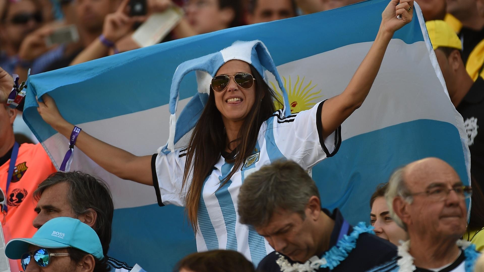 Torcedora exibe bandeira da Argentina na arquibancada do Itaquerão