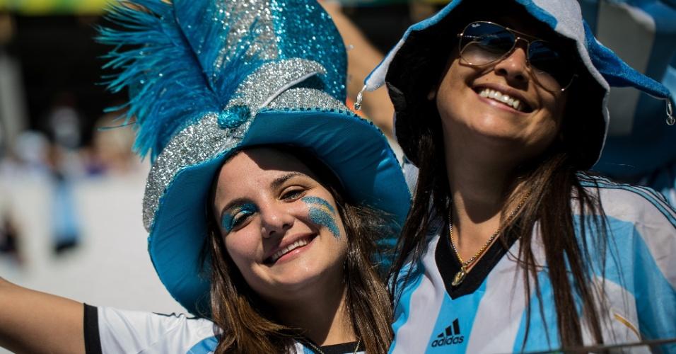 Torcedoras argentinas sorriem enquanto o jogo contra a Suíça não começa no Itaquerão