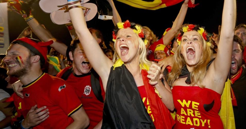 Torcedoras belgas comemoram gol em cima dos Estados Unidos na prorrogação, na Fan Fest do Rio de Janeiro