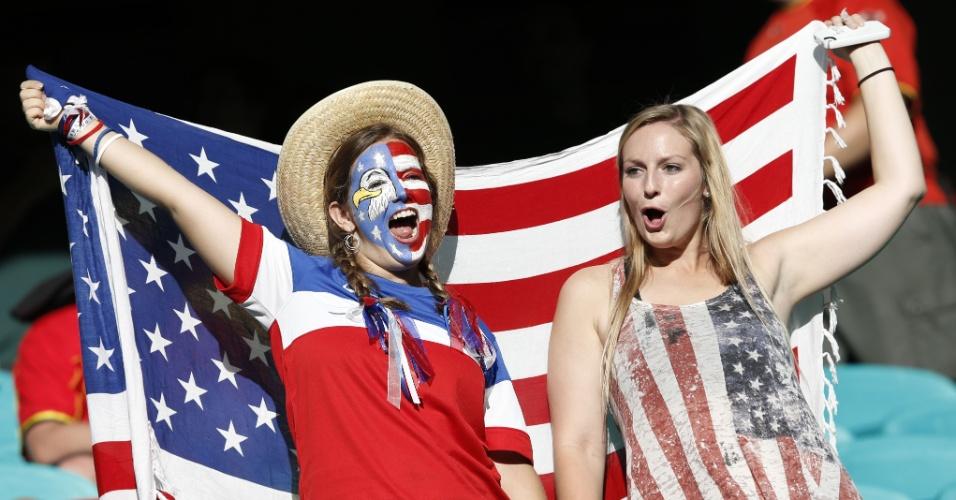 01.jul.2014 - Torcedoras dos Estados Unidos esperam o início da partida contra a Bélgica, na Fonte Nova, em Salvador