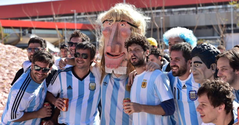 01.jul.2014 - Torcedores argentinos posam para fotos nas cercanias do Itaquerão horas antes do jogo contra Suíça