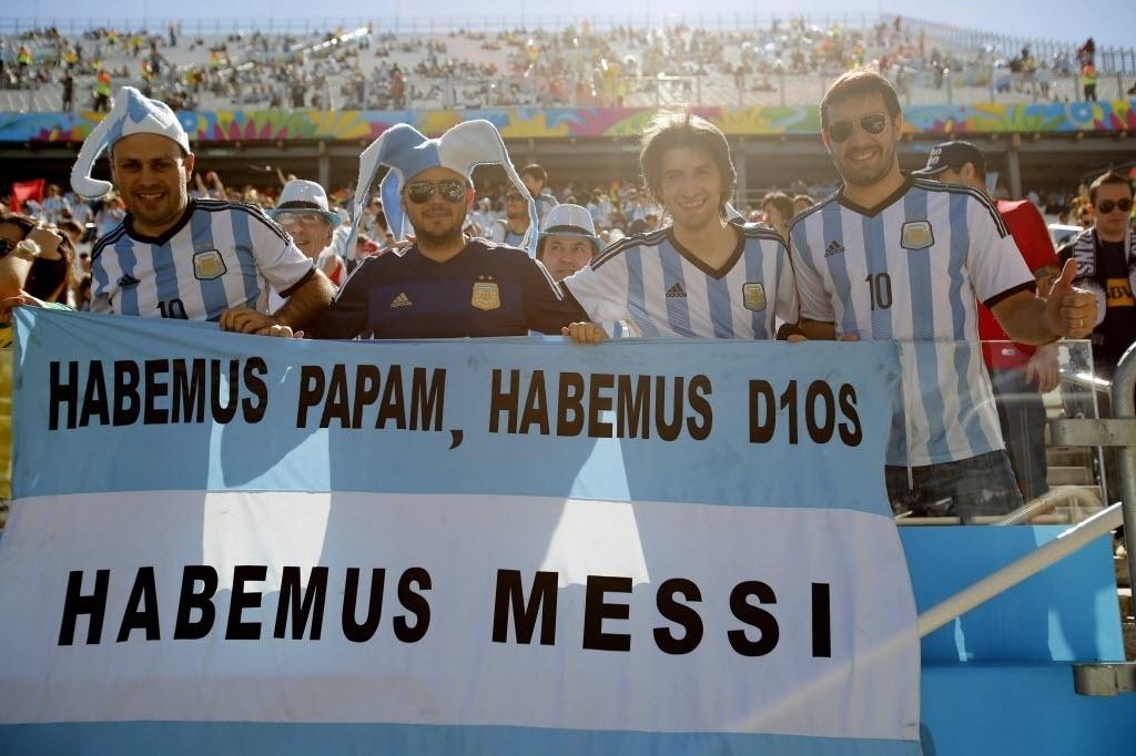 01.jul.2014 - Torcedores da Argentina esbanjam confiança no Itaquerão antes da partida contra a Suíça