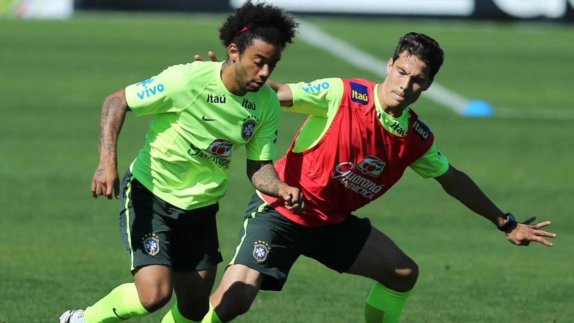 Marcelo e Hernanes disputam bola durante coletivo da seleção brasileira na Granja Comary