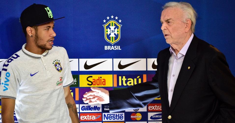 Neymar observa presidente da CBF, José Maria Marin, antes de coletiva da seleção brasileira na Granja Comary