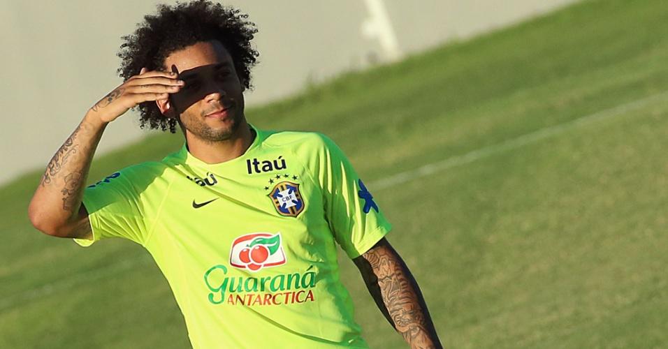 03.jul.2014 - Lateral Marcelo se protege do sol de Fortaleza durante treino no estádio Presidente Vargas