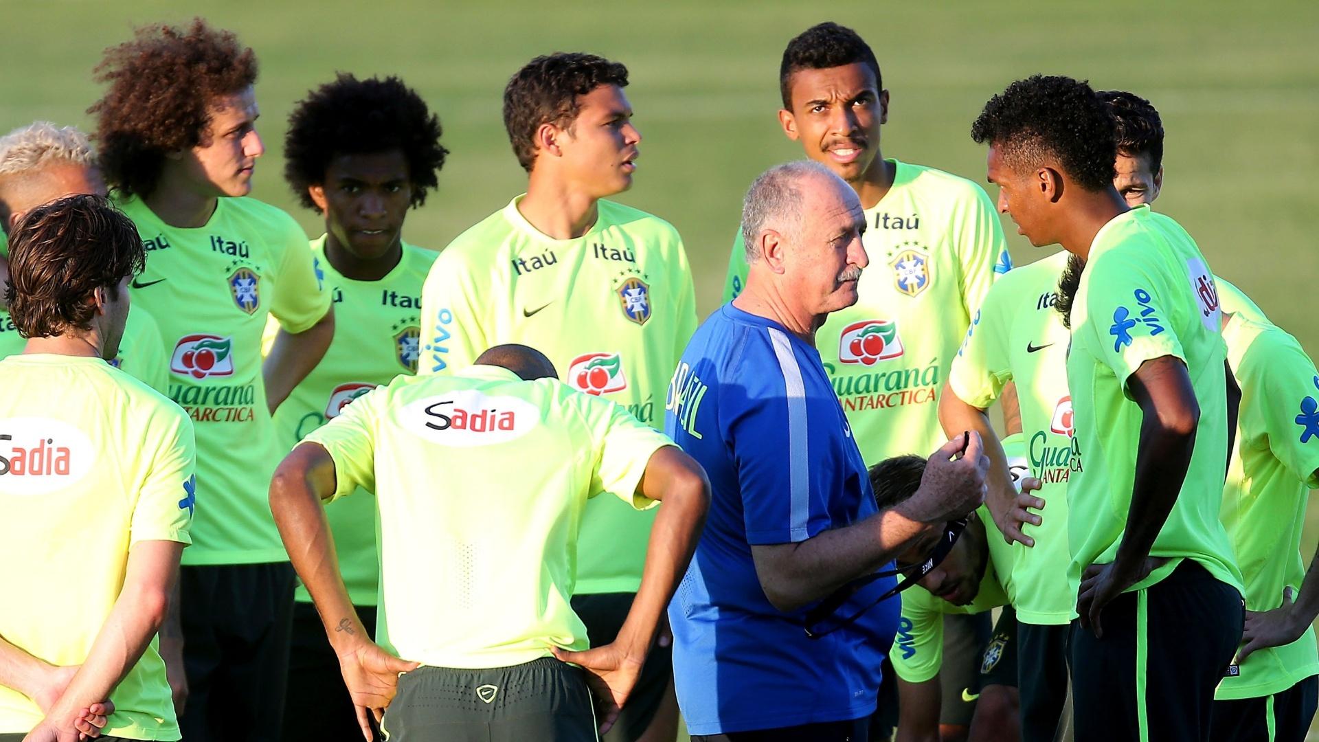 Luiz Felipe Scolari orienta os jogadores da seleção brasileira durante o treino no estádio Presidente Vargas, em Fortaleza