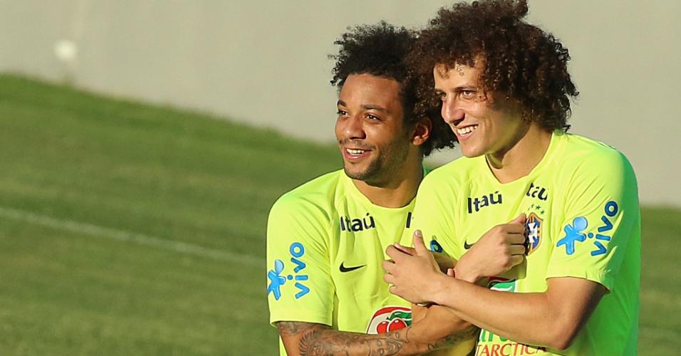 03.jul.2014 - Marcelo e David Luiz se abraçam e brincam no treino da seleção no estádio Presidente Vargas, em Fortaleza