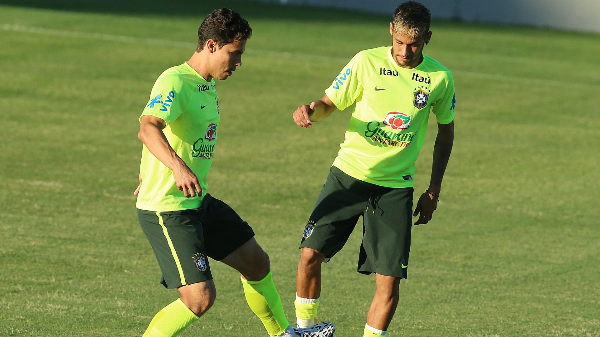 03.jul.2014 - Neymar divide a bola com Hernanes no estádio Presidente Vargas. O Brasil se prepara para o jogo contra a Colômbia, nesta sexta-feira, em Fortaleza