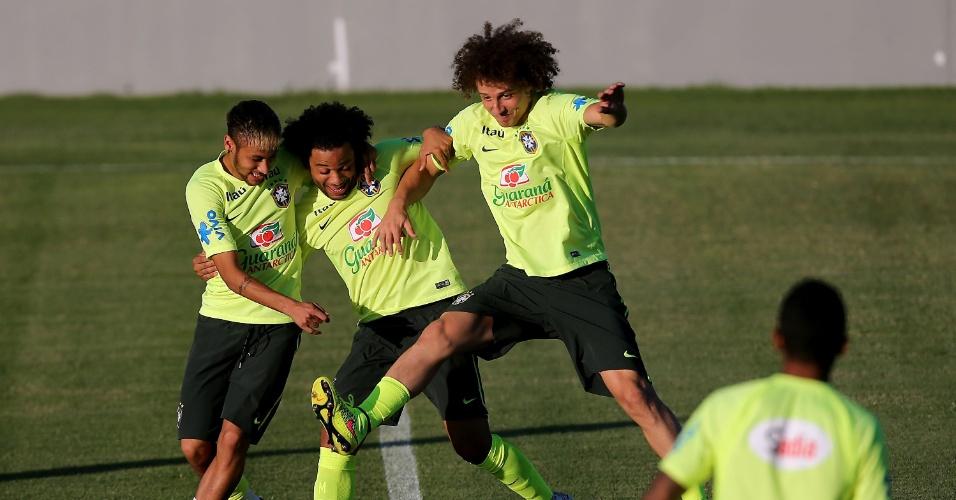03.jul.2014 - Neymar, Marcelo e David Luiz brincam durante treino da seleção brasileira no estádio Presidente Vargas, em Fortaleza