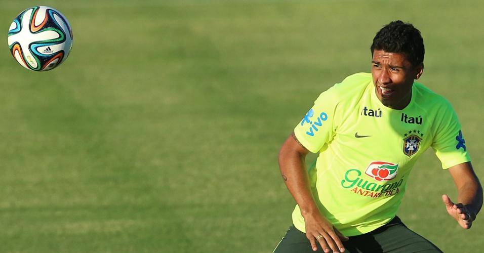 03.jul.2014 - Paulinho observa a bola durante treinamento da seleção brasileira no estádio Presidente Vargas, em Fortaleza