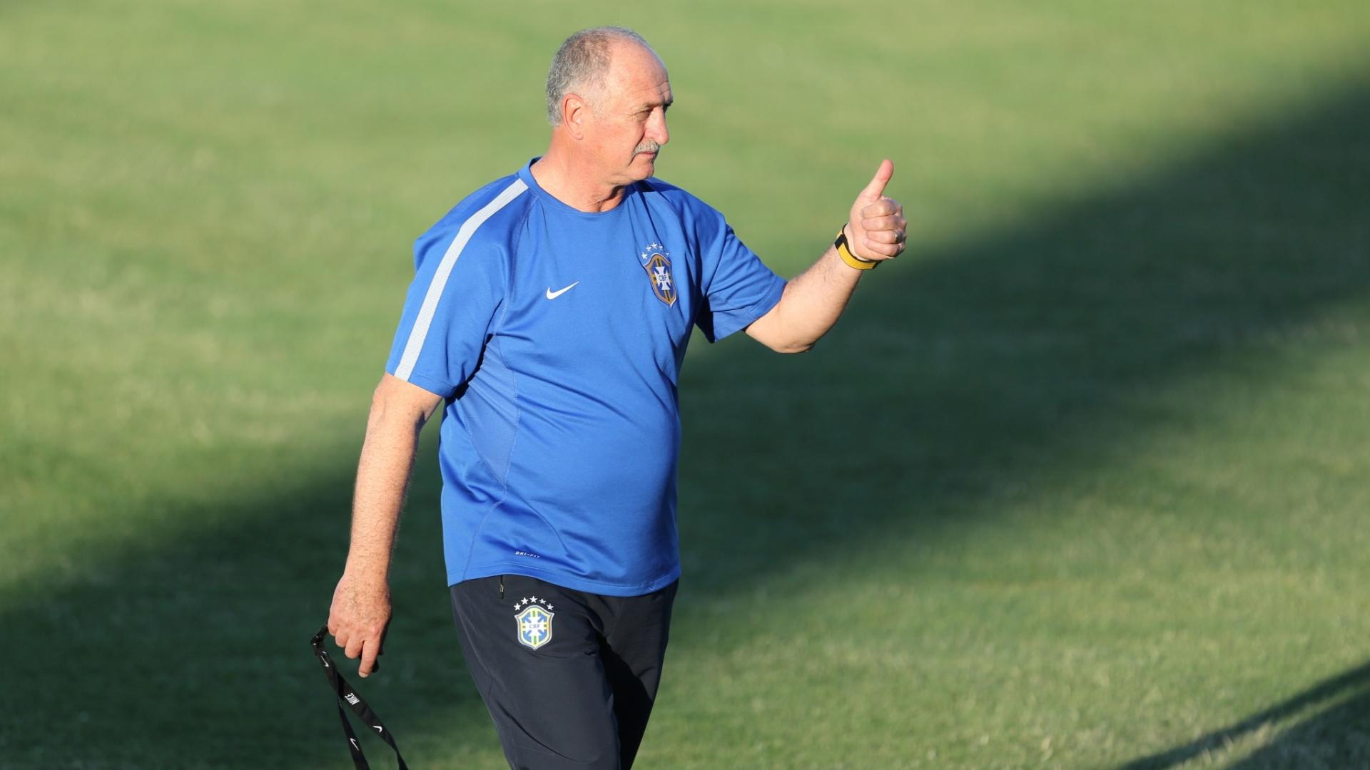 03.jul.2014 - Técnico Felipão comanda treino da seleção no estádio Presidente Vargas, em Fortaleza