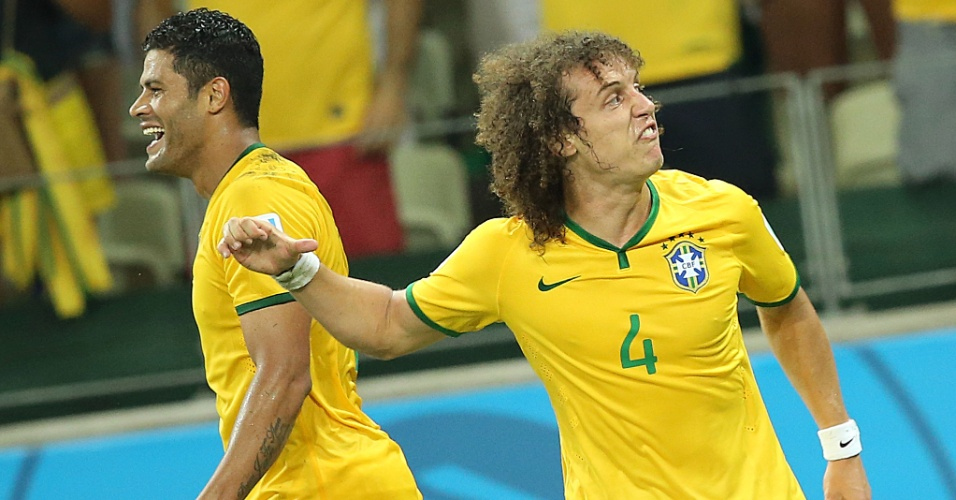 04.jul.2014 - Ao lado de Hulk, David Luiz comemora após marcar o segundo gol do Brasil na vitória por 2 a 1 sobre a Colômbia, no Castelão