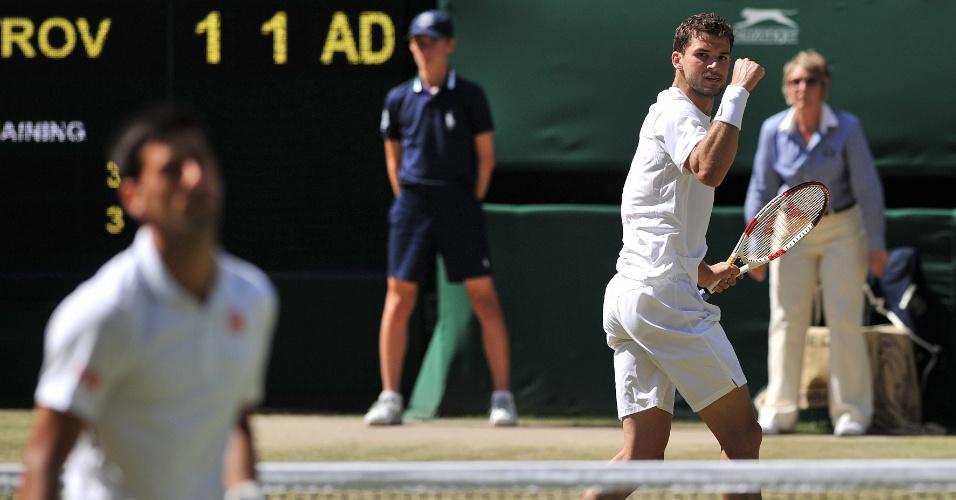 Búlgaro Dimitrov comemora, enquanto Djokovic lamenta ponto perdido na semifinal de Wimbledon