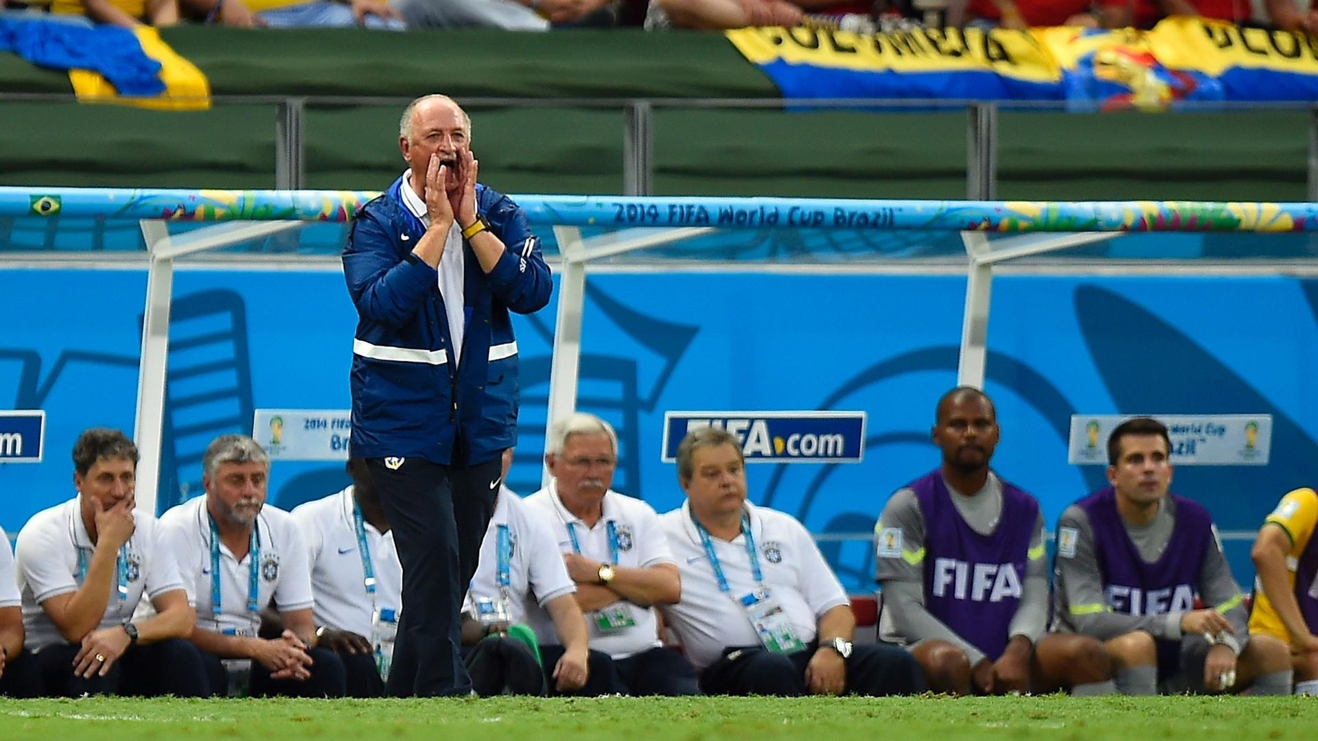 04.jul.2014 - Felipão reclama com os jogadores da seleção durante o primeiro tempo contra a Colômbia, no Castelão