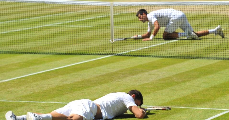Grigor Dimitrov e Novak Djokovic caem na grama de Wimbledon após disputa de ponto, em jogo pela semifinal do Grand Slam