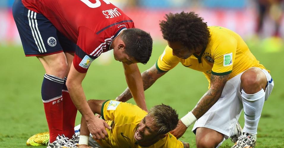 04.jul.2014 - James Rodríguez, da Colômbia, e Marcelo tentam acalmar Neymar que sofreu pancada nas costas e precisou deixar o gramado na vitória por 2 a 1 sobre os colombianos