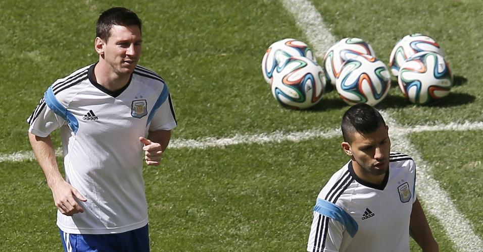 Messi e Agüero correm no gramado do estádio Mané Garrincha em treino da Argentina nesta sexta-feira