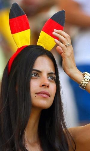 Não é Páscoa, mas a torcedora alemã adotou as orelhas de coelho mesmo assim para torcer pelo time de Klose contra a França no Maracanã