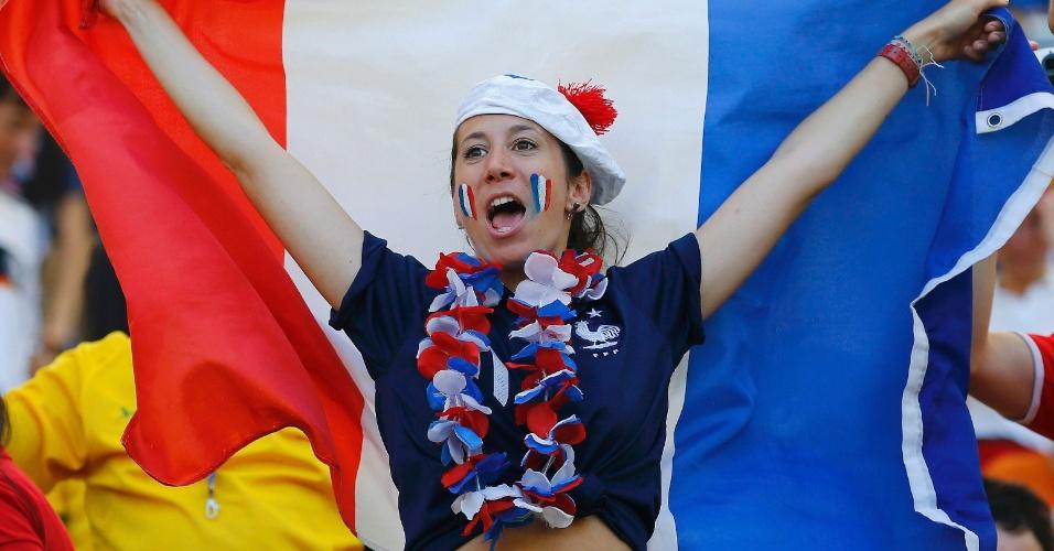 O lado francês do Maracanã também tem bandeira, como mostra esta torcedora
