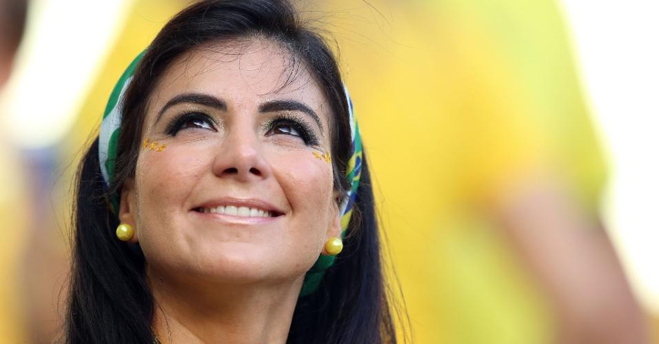 Torcedora do Brasil espera início do jogo contra a Colômbia no Castelão
