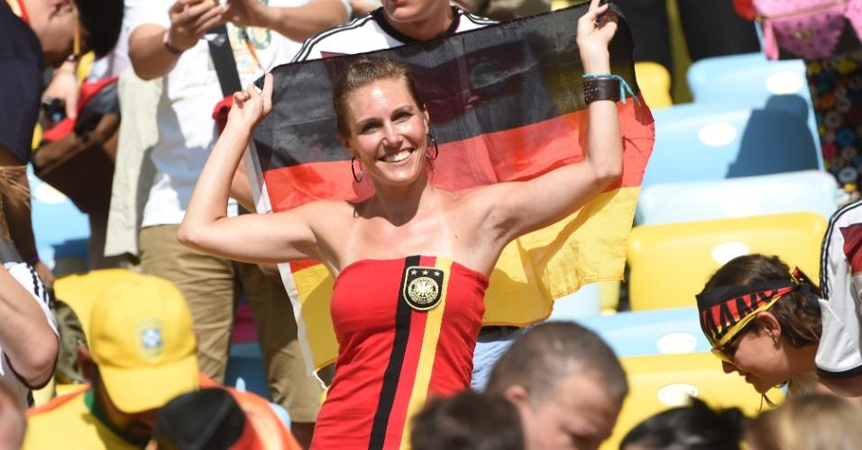 Torcedora leva a bandeira alemã para o jogo contra a França, pelas quartas de final