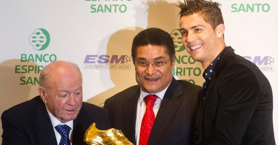 Ao lado dos portugueses Cristiano Ronaldo e Eusebio, Alfredo Di Stefano segura troféu durante evento em 2011, em Madri