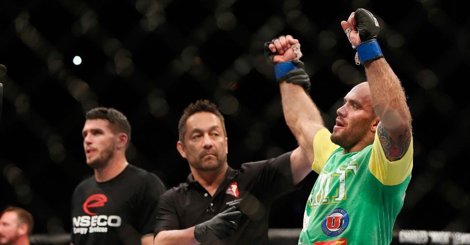05.jul.2014 - Brasileiro Bruno Carioca é declarado vencedor da luta contra Chris Camozzi, no card preliminar do UFC 175