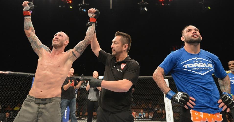 05.jul.2014 - Luke Zachrich é declarado vencedor da luta contra o brasileiro Guilherme Bomba, no card preliminar do UFC 175