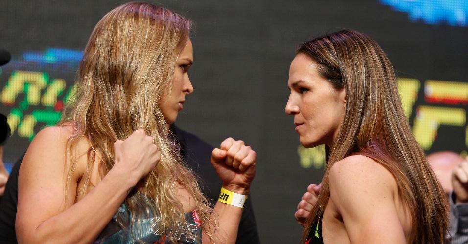 Ronda Rousey encara Alexis Davis na pesagem do UFC 175, em Las Vegas