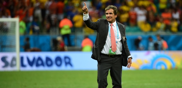 Jorge Luis Pinto cumprimenta a torcida após a Costa Rica ser eliminada pela Holanda