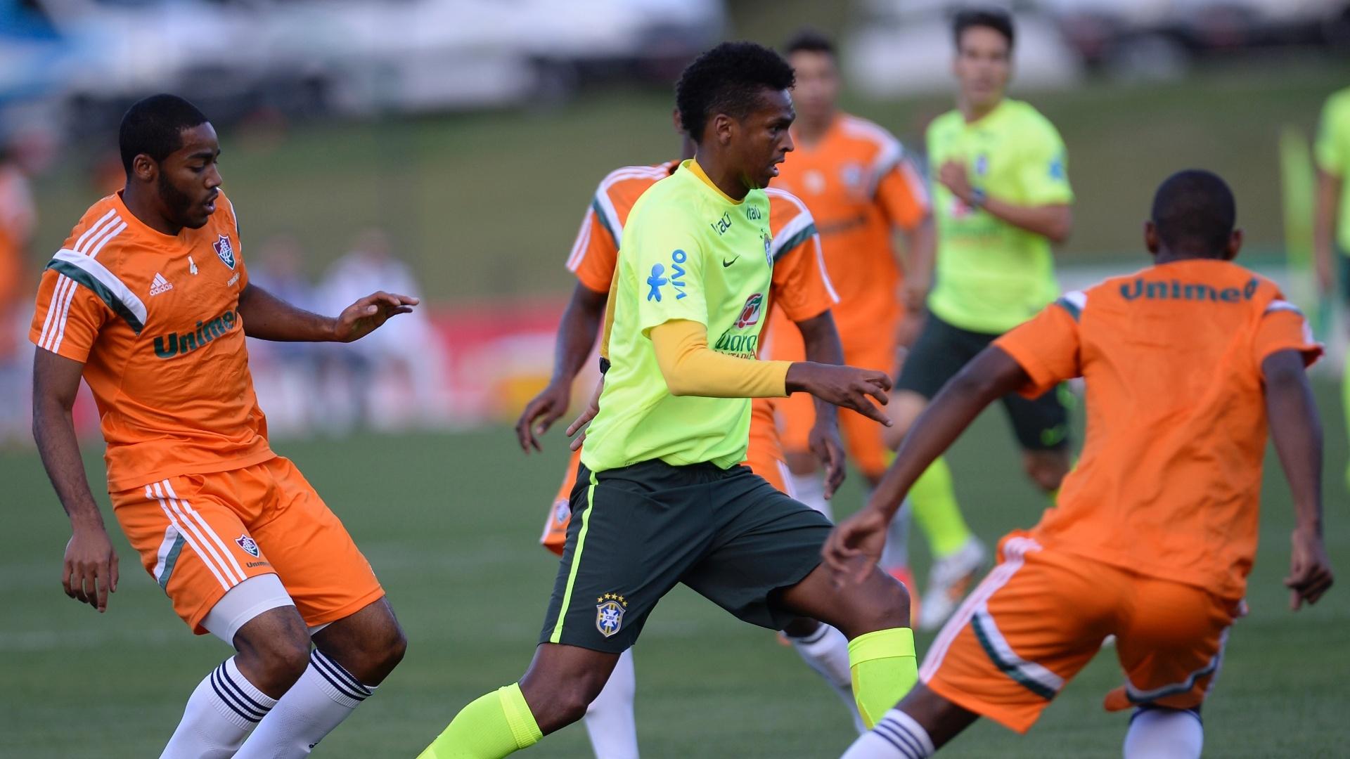 06.jul.2014 - Atacante Jô participa de treino dos reservas da seleção contra o time sub-20 do Fluminense