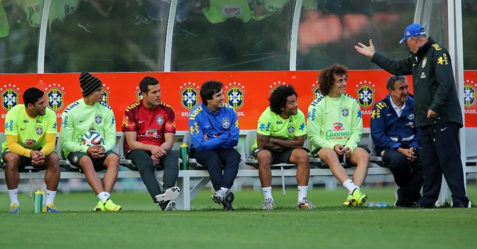 06.jul.2014 - Felipão conversa com a comissão técnica e jogadores da seleção brasileira