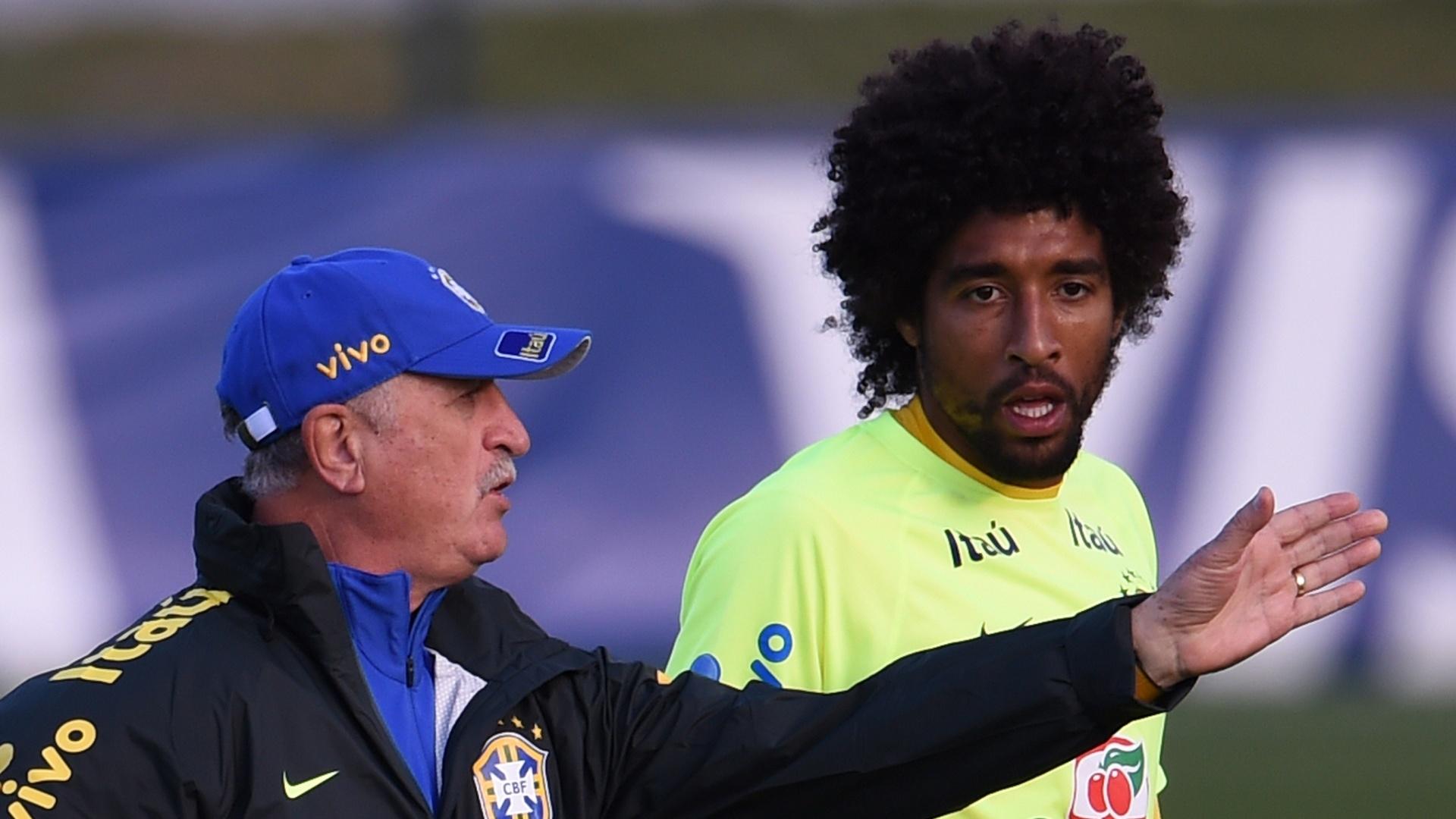 06.jul.2014 - Felipão orienta Dante durante treino contra o time sub-20 do Fluminense