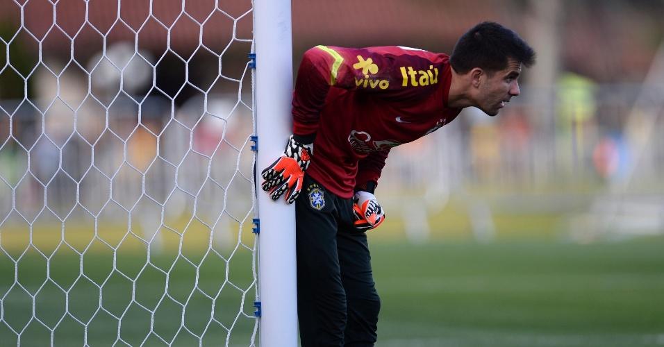 06.jul.2014 - Goleiro Victor participa de treinamento dos reservas da seleção brasileira contra o time sub-20 do Fluminenense