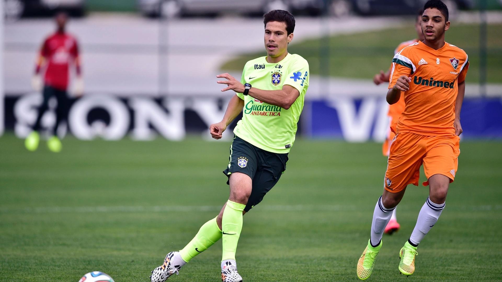 06.jul.2014 - Hernanes tenta criar jogada durante treino dos reservas da seleção contra o time sub-20 do Fluminense