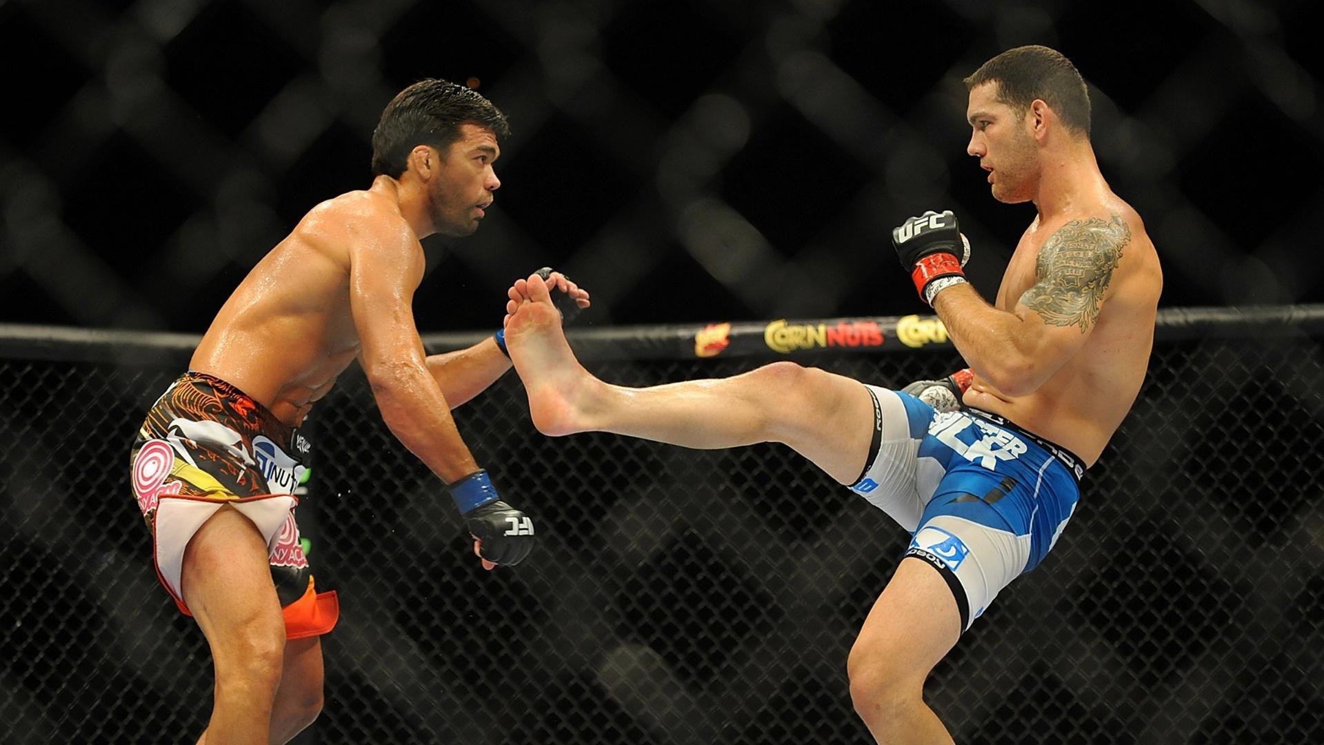 05.jul.2014 - Americano Chris Weidman (direita) vence o brasileiro Lyoto Machida e mantém o cinturão do peso médio, no UFC 175