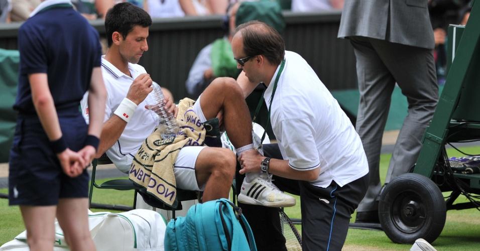 Após queda, Djokovic teve até que ser atendido por médico durante final de Wimbledon