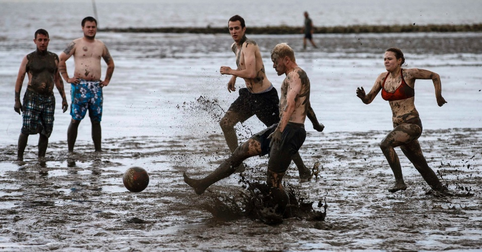 Atletas jogam futebol nos Jogos Olímpicos da Lama, na cidade alemã de Brunsbuettel