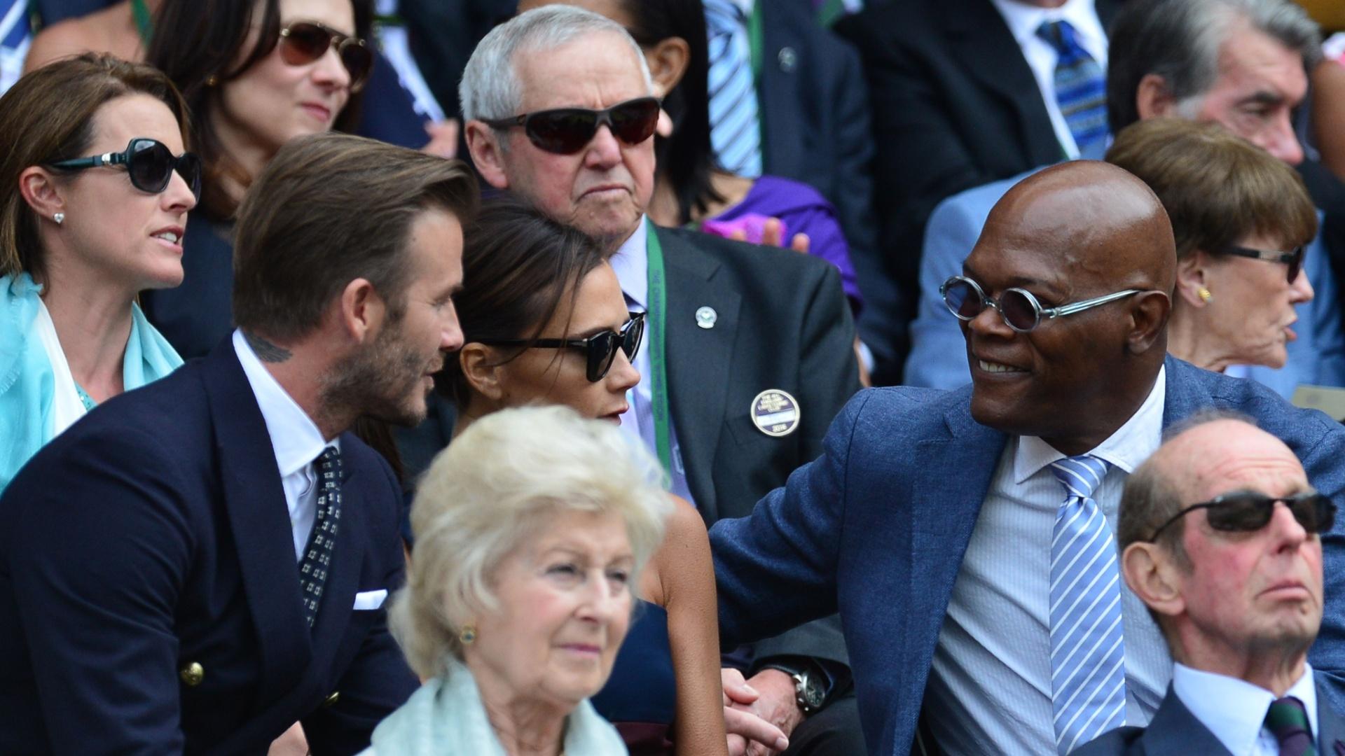 Ator americano Samuel L Jackson conversa com David e Victoria Beckham antes da final entre Federer e Djokovic