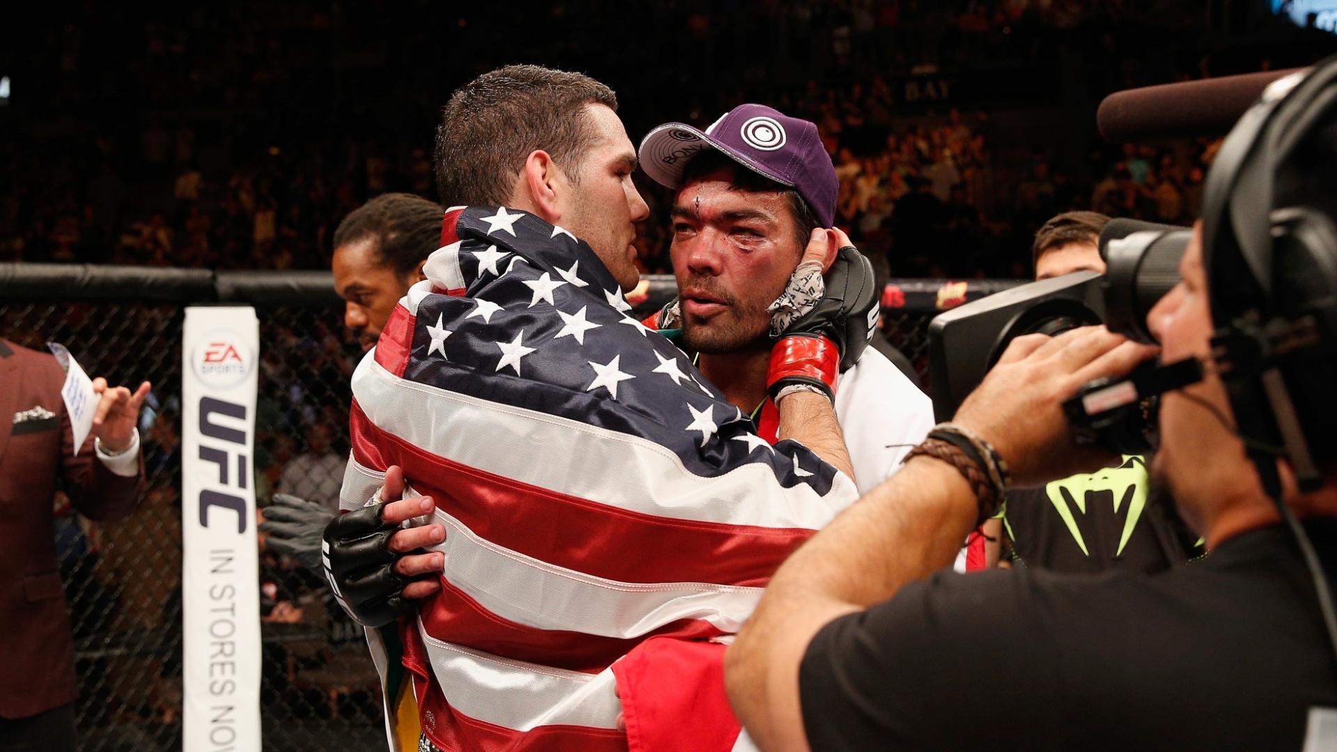 05.jul.2014 - Chris Weidman cumprimenta Lyoto Machida depois de vencer a luta no UFC 175 e manter o cinturão dos médios