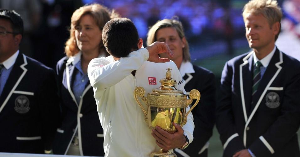 Com direito a choro, Djokovic vibra com bi de Wimbledon após vitória sobre Federer e volta ao topo do ranking mundial