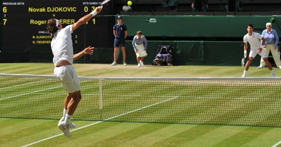 Federer pula para finalizar o ponto diante de Djokovic na final de Wimbledon