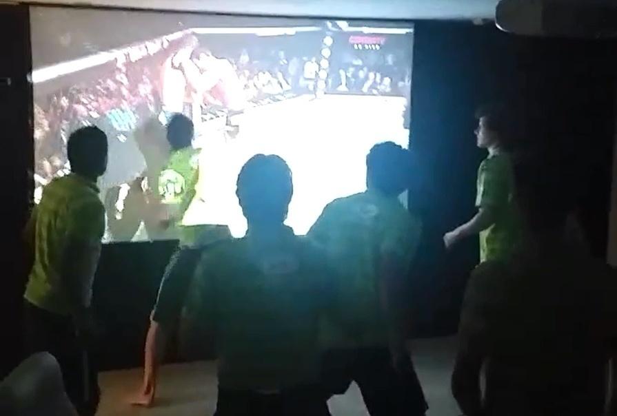 Jogadores da seleção brasileira assistem ao combate entre Machida e Weidman pelo UFC