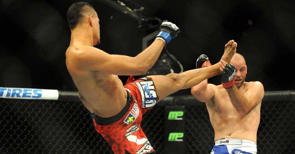 05.jul.2014 - Kenny Robertson (direita) bloqueia chute do brasileiro Ildemar Marajó. Robertson venceu a luta no UFC 175 por decisão unânime